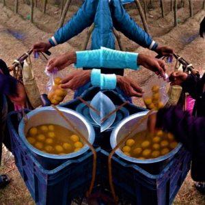 সিনেমার পর্দায় নয়, বরং বাস্তবের মাটিতেই রসগোল্লা ফেরি করছে ক্লাস সেভেনের ছাত্র!