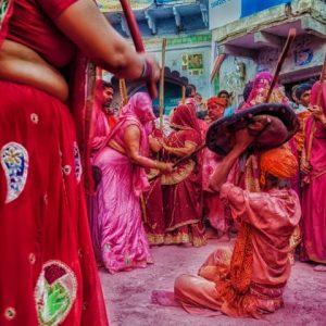 'লাঠমার', এ যেন এক অন্য ব্রজ ধাম! হোলিতে মহিলারা লাঠি দিয়ে মারেন পুরুষদের
