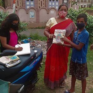 স্কুল বন্ধেও দুর্গাপুরে পাড়ায় ঘুরছে চলন্ত লাইব্রেরী! শিক্ষায় ছেদ পড়েনি একটুও