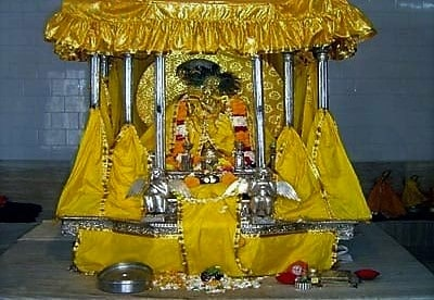হাতির পিঠে চাপানো মদনমোহন দেবের রথযাত্রায় মহামারীতে ভরসা মোটরগাড়িই