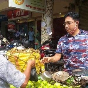 বাজারে পেয়ারা বেচলেন পুলিশ কর্তা! প্রশাসকের মানবিকতায় আপ্লুত শহরবাসী